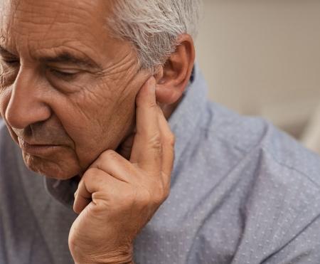 oudere man gehoorproblemen gehoortest